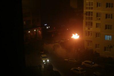 Фото, видео: ночью во дворе кемеровской многоэтажки прогремело три взрыва