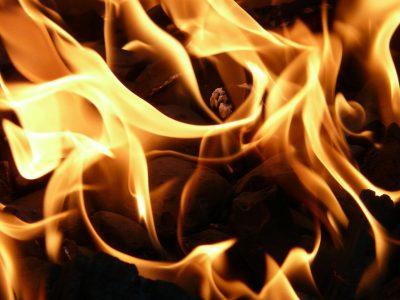 В Кемерове десятки человек больше часа тушили крупный пожар
