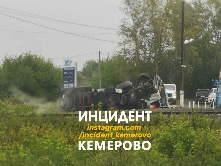 Грузовик с битумом перевернулся в Кемерове