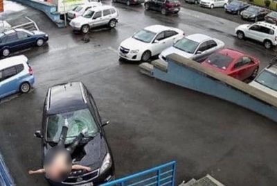 Фото: из окна кемеровской многоэтажки мужчина упал на авто