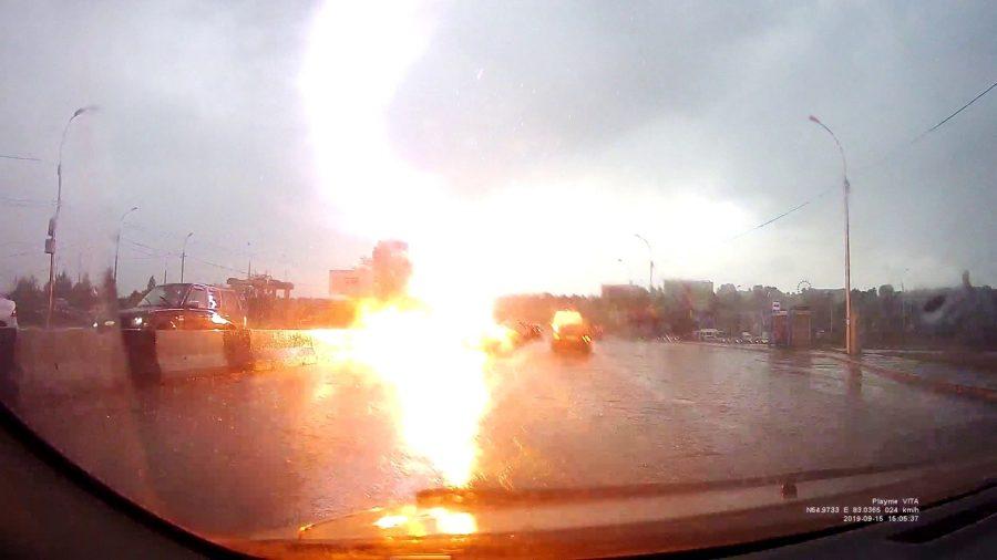 Фото, видео: молния ударила в автомобиль на сибирском шоссе