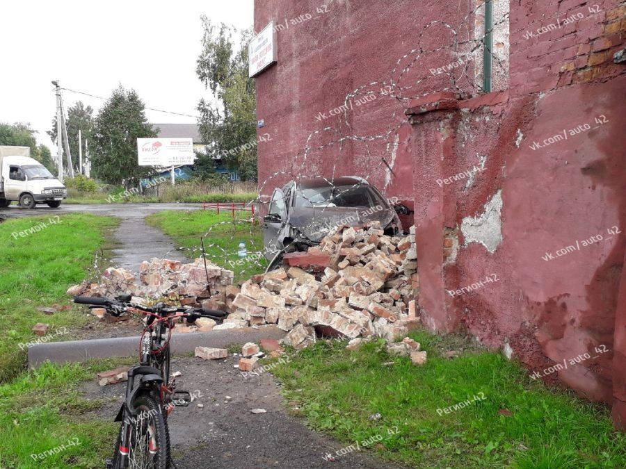 Фото: в Кемерове легковушка протаранила кирпичную стену