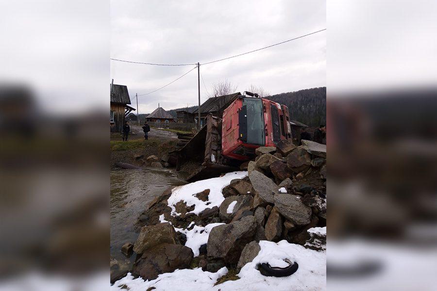 Фото: в Кузбассе грузовик разрушил мост и упал в реку