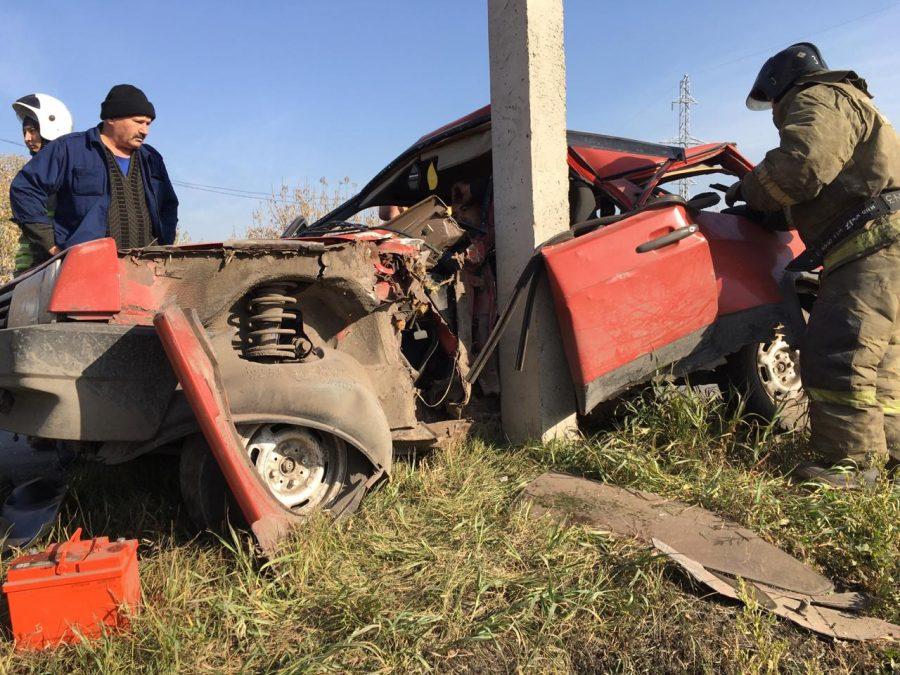 Фото: в Кузбассе легковушку намотало на столб, есть пострадавшие