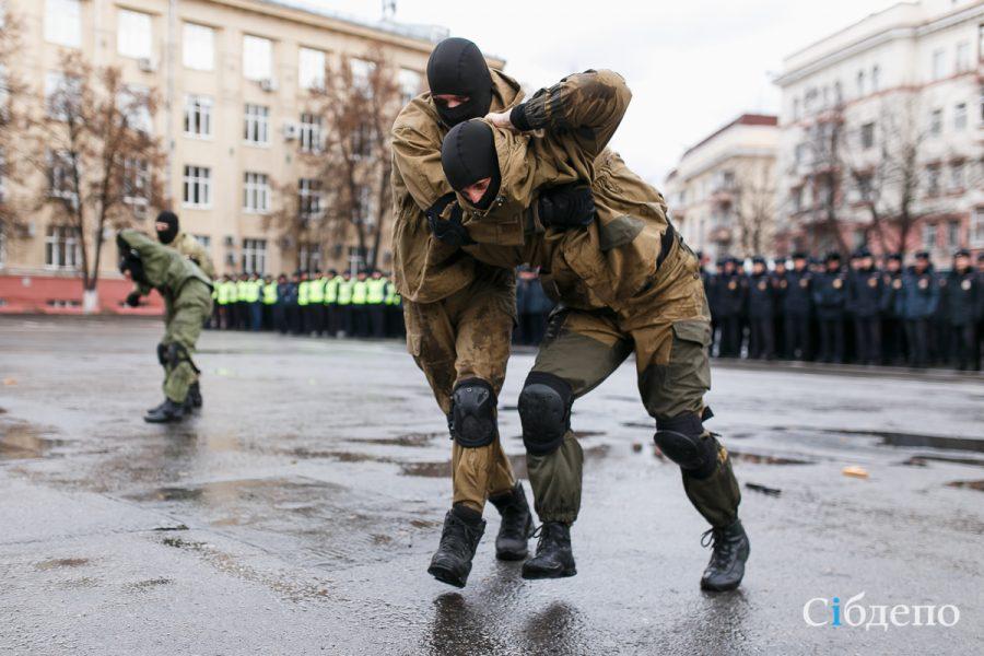 Спецназ, собаки и оркестр: что происходило в центре Кемерова