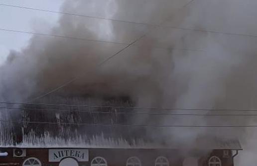 Тушили почти три часа: полыхающий в Кузбассе магазин попал на видео