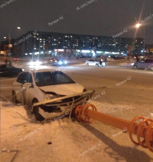 Снёс светофор: массовое ДТП произошло в Кемерове