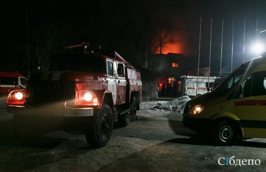 Видео: в Кузбассе горит многоквартирный дом