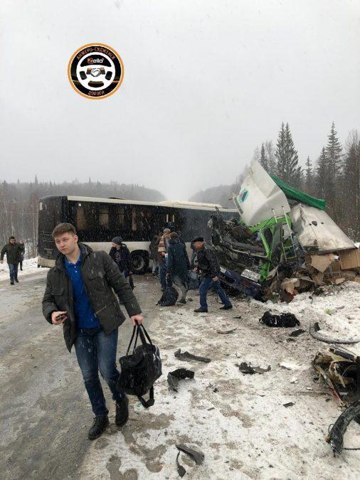 В Кузбассе на трассе произошло серьёзное ДТП с пассажирским автобусом