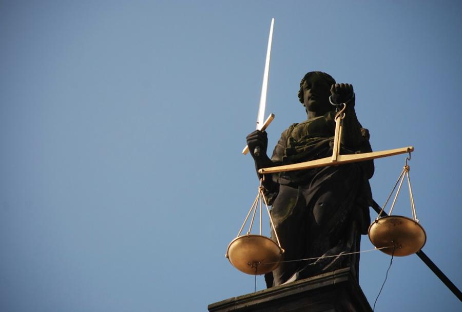 В кузбасском суде рецидивист стал резать себя во время процесса