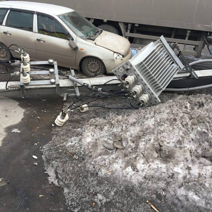 В Белове фура уронила опору ЛЭП на легковую машину