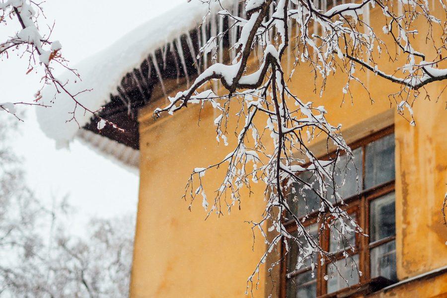 Кузбассовец находится в тяжёлом состоянии после падения льда с крыши