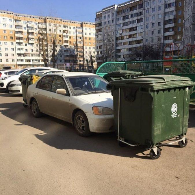 Владелицу машины в Кемерово наказали с помощью мусорных контейнеров