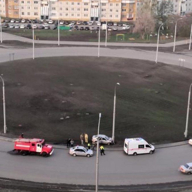 Водитель врезался в столб на проспекте Химиков в Кемерове