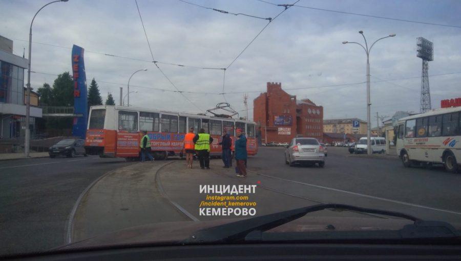 В Кемерове трамвай не вписался в поворот и сошёл с рельсов