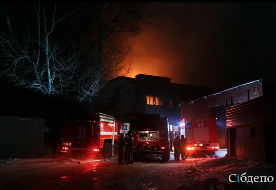 В кемеровской многоэтажке случился ночной пожар