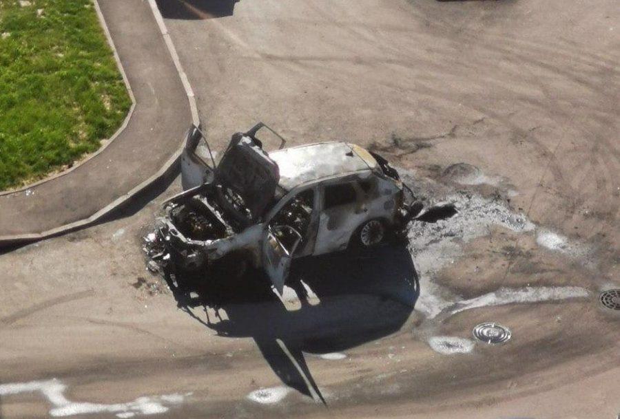В кемеровском дворе дотла сгорела машина (видео)