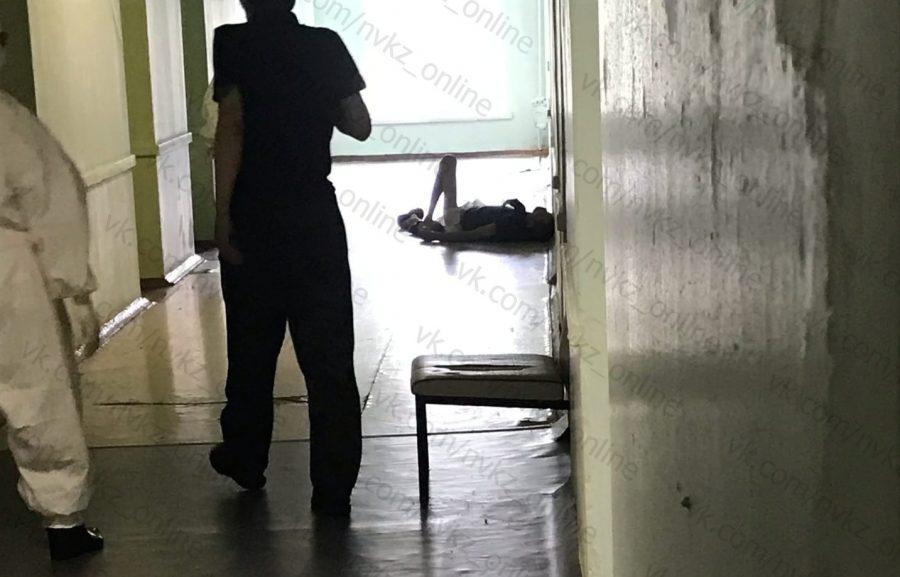 Видео: в кузбасской больнице пациент около двух часов лежал на полу в своих фекалиях