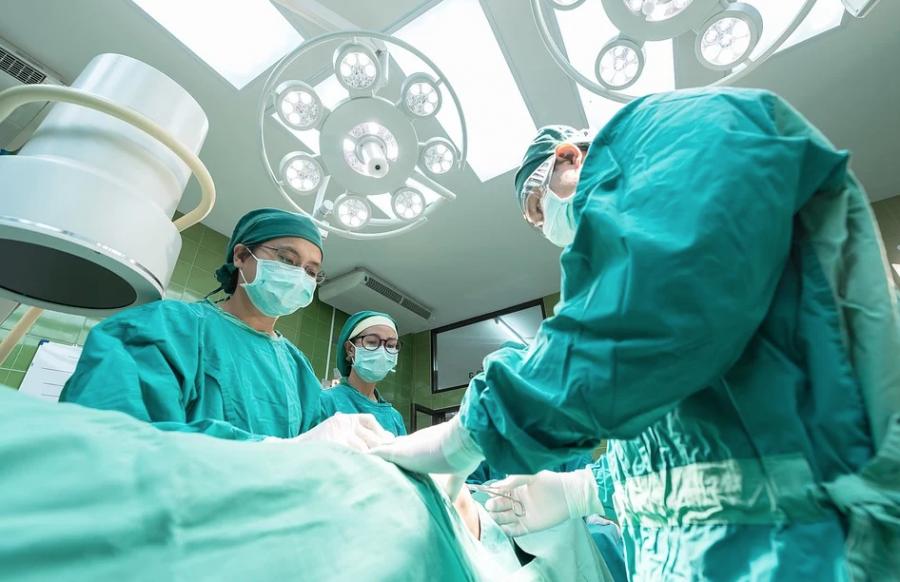 Кузбасские хирурги восемь часов вырезали опасную опухоль