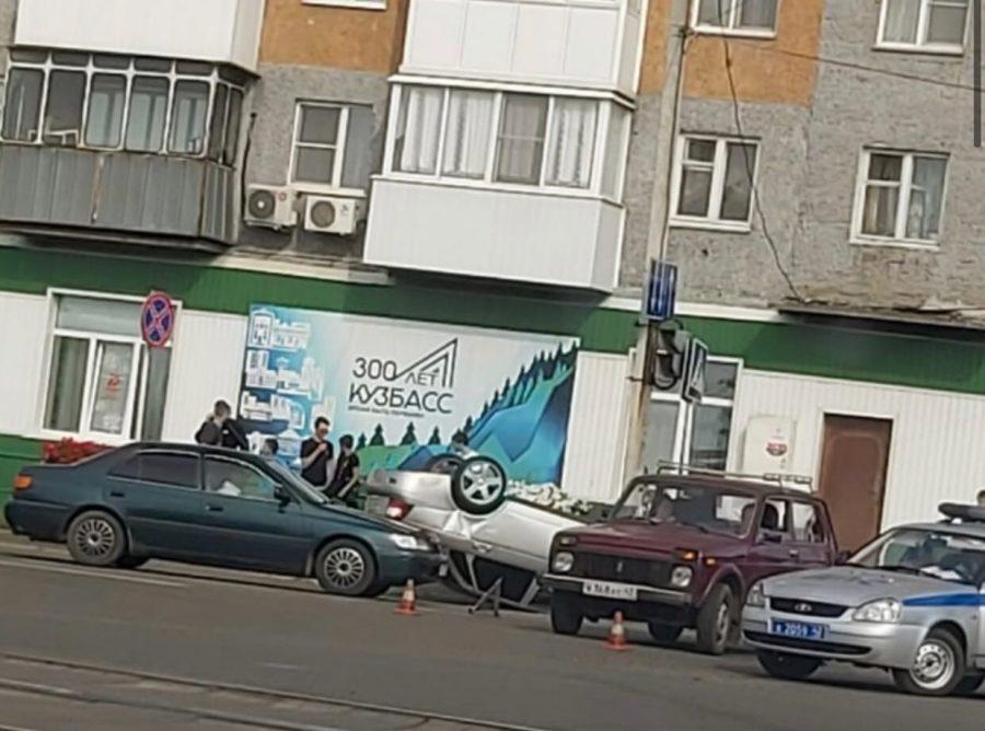 Видео: в Осинниках «Нива»перевернула подрезавший её автомобиль