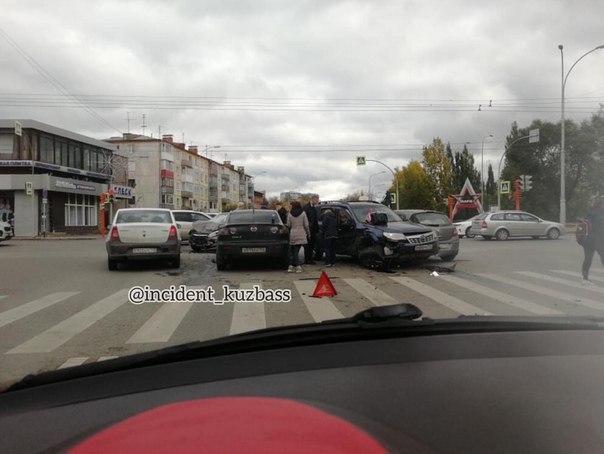 У кемеровского парка Жукова произошла массовая авария